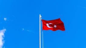 Τουρκική σημαία που κυματίζει στο μπλε ουρανό Στοκ Εικόνα