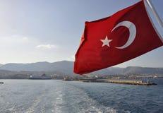 Τουρκική σημαία σε ένα πορθμείο σε Cesme, Τουρκία από τη Χίο, Ελλάδα Στοκ Εικόνες