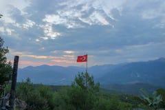 Τουρκική σημαία στον ουρανό στοκ φωτογραφία με δικαίωμα ελεύθερης χρήσης