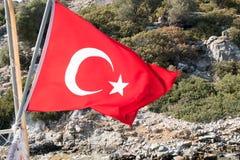 Τουρκική σημαία στο υπόβαθρο νησιών βουνών βράχου Στοκ φωτογραφία με δικαίωμα ελεύθερης χρήσης