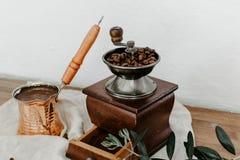 Τουρκικοί δοχείο και μύλος καφέ στην πετσέτα λινού στοκ φωτογραφίες με δικαίωμα ελεύθερης χρήσης