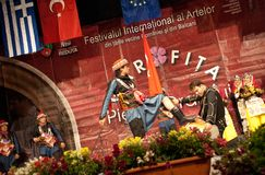 Τουρκικοί λαϊκοί χορευτές σε ένα διεθνές φεστιβάλ Στοκ εικόνες με δικαίωμα ελεύθερης χρήσης