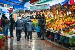 Τουρκικοί πωλητές αγοράς και φρούτων το χειμώνα Στοκ Εικόνα