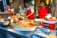 Τουρκικοί πωλητές τροφίμων οδών στην αγορά τροφίμων νύχτας Στοκ Εικόνα
