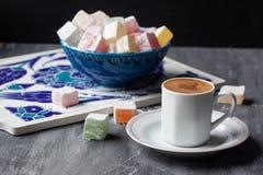 Τουρκικός καφές και τουρκικό lokum απόλαυσης σε ένα μπλε κύπελλο Στοκ Εικόνα