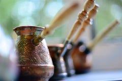 Τουρκικός καφές στη στρωματοειδή φλέβα παραθύρων στοκ εικόνα