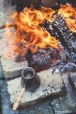 Τουρκικός καφές στο δοχείο από την πυρκαγιά Στοκ Εικόνα