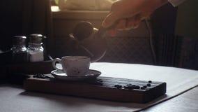 Τουρκικός καφές στο φλυτζάνι παραδοσιακός τουρκικός καφές απόθεμα βίντεο