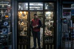 Τουρκικός πωλητής που στρώνει με άμμο μπροστά από το κατάστημα αναμνηστικών του τις πωλώντας τέχνες μετάλλων χαλκού, κυρίως μύλοι στοκ φωτογραφία με δικαίωμα ελεύθερης χρήσης