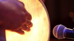 Τουρκικός τυμπανιστής που παίζει το τύμπανο στο στάδιο απόθεμα βίντεο
