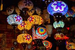 Τουρκικό ή μαροκινό ελαφρύ κρεμώντας φανάρι τσαγιού γυαλιού στην επίδειξη α στοκ εικόνες