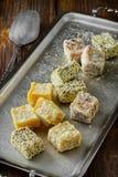 Τουρκικό απόλαυση ή rahat lokum στο μεταλλικό πιάτο Στοκ Εικόνες