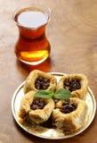 Τουρκικό αραβικό επιδόρπιο - baklava με το μέλι και το ξύλο καρυδιάς, φυστίκια Στοκ Εικόνες