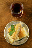 Τουρκικό αραβικό επιδόρπιο - baklava με το μέλι και το ξύλο καρυδιάς, φυστίκια Στοκ φωτογραφία με δικαίωμα ελεύθερης χρήσης