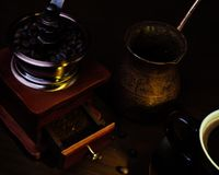 Τουρκικό δοχείο tooper του Cooper, εκλεκτής ποιότητας μύλος καφέ στοκ εικόνες