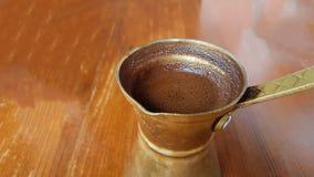 Τουρκικό ελληνικό ύφος καφέ καυτό στο briki ` ` Στοκ Εικόνες