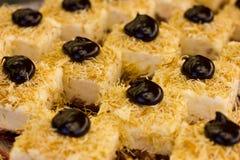 Τουρκικό επιδόρπιο με τη μαύρη σοκολάτα και την άσπρη κρέμα Τεμαχισμένος cak Στοκ φωτογραφία με δικαίωμα ελεύθερης χρήσης