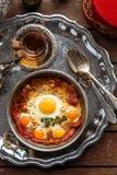 Τουρκικό θεραπευμένο βόειο κρέας και τηγανισμένα αυγά στο παν, παραδοσιακό πρόγευμα χαλκού, τοπ άποψη στοκ εικόνα