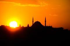 Τουρκικό μουσουλμανικό τέμενος στον πορτοκαλή φωταγωγό ηλιοβασιλέματος Στοκ Εικόνα