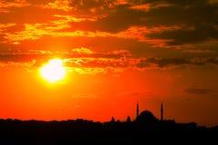 Τουρκικό μουσουλμανικό τέμενος στον πορτοκαλή φωταγωγό ηλιοβασιλέματος Στοκ φωτογραφίες με δικαίωμα ελεύθερης χρήσης