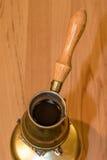 Τουρκικό δοχείο καφέ στη φορητή σόμπα Στοκ Φωτογραφία