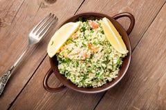 Τουρκικό παραδοσιακό γεύμα - σαλάτα Taboulé σε έναν ξύλινο πίνακα που γίνεται Στοκ Εικόνες
