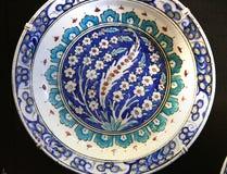 Τουρκικό πιάτο αγγειοπλαστικής Iznik arabesque κεραμικό Στοκ εικόνες με δικαίωμα ελεύθερης χρήσης