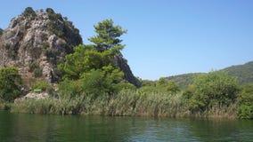 Τουρκικό ταξίδι ποταμών κατά μήκος της πράσινης δύσκολης άποψης ακτών του ποταμού Dalyan φιλμ μικρού μήκους