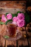 Τουρκικό τσάι σε ένα φλυτζάνι γυαλιού και ξηρά φρούτα ημερομηνιών στο ξύλινο υπόβαθρο Τρόφιμα Ramadan Εκλεκτική εστίαση Στοκ εικόνες με δικαίωμα ελεύθερης χρήσης