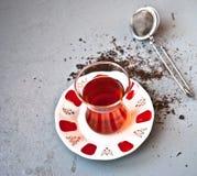 Τουρκικό τσάι στο παραδοσιακό γυαλί Στοκ Φωτογραφίες