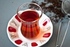 Τουρκικό τσάι στο παραδοσιακό γυαλί Στοκ φωτογραφία με δικαίωμα ελεύθερης χρήσης