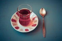 Τουρκικό τσάι στο παραδοσιακό γυαλί Στοκ Εικόνες