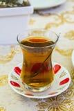 Τουρκικό τσάι της Apple σε ένα παραδοσιακό φλυτζάνι σε έναν καφέ Στοκ εικόνες με δικαίωμα ελεύθερης χρήσης