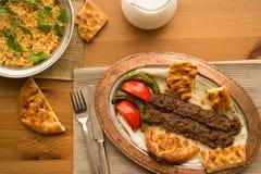 Τουρκικό Adana Kebab με bulgur το ρύζι και το ayran Στοκ Εικόνες