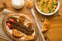 Τουρκικό Adana Kebab με bulgur το ρύζι και το ayran Στοκ Εικόνα