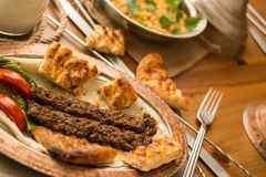 Τουρκικό Adana Kebab με bulgur το ρύζι και το ayran Στοκ φωτογραφίες με δικαίωμα ελεύθερης χρήσης