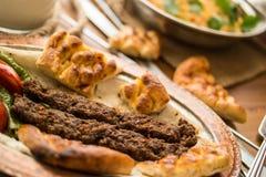 Τουρκικό Adana Kebab με bulgur το ρύζι και το ayran Στοκ εικόνα με δικαίωμα ελεύθερης χρήσης