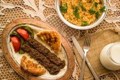 Τουρκικό Adana Kebab με bulgur το ρύζι και το ayran Στοκ Φωτογραφίες