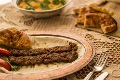 Τουρκικό Adana Kebab με bulgur το ρύζι Στοκ φωτογραφίες με δικαίωμα ελεύθερης χρήσης