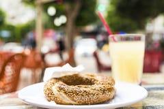 Τουρκικό bagel με τη λεμονάδα στον καφέ, υπαίθρια φωτογραφία στοκ φωτογραφία με δικαίωμα ελεύθερης χρήσης