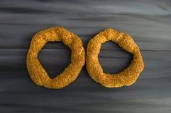Τουρκικό bagel, bagel σουσαμιού, τριζάτο bagel, bagels της Τουρκίας, bagels στις διάφορες έννοιες, τσάι και pretzels εικόνες Στοκ Φωτογραφία