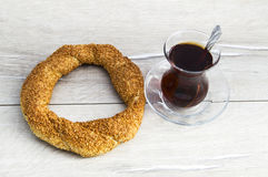 Τουρκικό bagel, bagel σουσαμιού, τριζάτο bagel, bagels της Τουρκίας, bagels στις διάφορες έννοιες, τσάι και pretzels εικόνες Στοκ Εικόνες