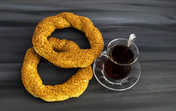 Τουρκικό bagel, bagel σουσαμιού, τριζάτο bagel, bagels της Τουρκίας, bagels στις διάφορες έννοιες, τσάι και pretzels εικόνες Στοκ φωτογραφία με δικαίωμα ελεύθερης χρήσης