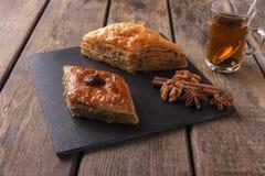Τουρκικό baklava γλυκών με τα καρύδια και την κανέλα τσαγιού Στοκ εικόνα με δικαίωμα ελεύθερης χρήσης