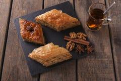 Τουρκικό baklava γλυκών με τα καρύδια και την κανέλα τσαγιού Στοκ εικόνες με δικαίωμα ελεύθερης χρήσης