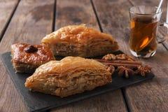 Τουρκικό baklava γλυκών με τα καρύδια και την κανέλα τσαγιού Στοκ Εικόνες