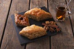 Τουρκικό baklava γλυκών με τα καρύδια και την κανέλα τσαγιού Στοκ Εικόνα