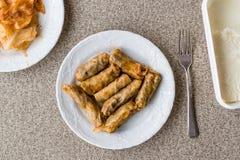 Τουρκικό Dolma Lahana Sarmasi/ρόλοι λάχανων με το γιαούρτι Στοκ Φωτογραφίες