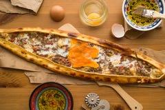 Τουρκικό Pide με το αυγό και τον κιμά Στοκ Εικόνες