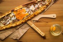 Τουρκικό Pide με το αυγό και τον κιμά Στοκ εικόνες με δικαίωμα ελεύθερης χρήσης